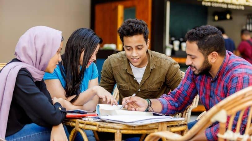 الاستقلال المادي والخبرة.. من فوائد العمل قبل التخرج