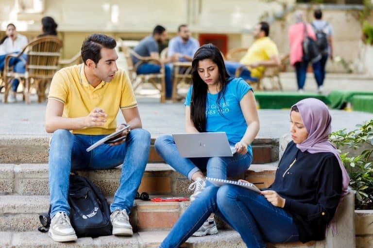 مجموعة من الطلبة في الكلية