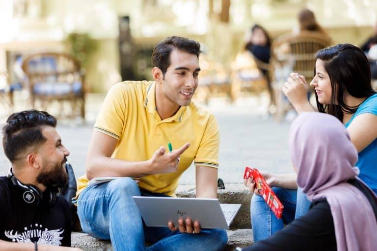 مجموعة من الطلبة الجامعيين- مسارات