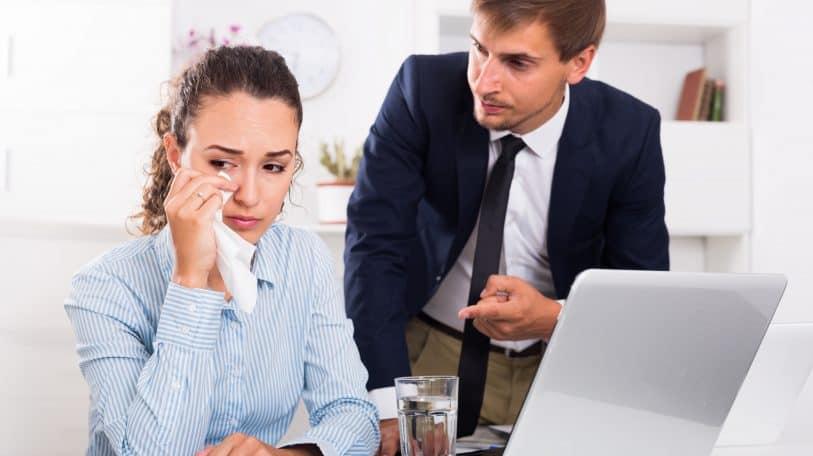 بكاء النساء في العمل.. كيفية التغلب على الموقف