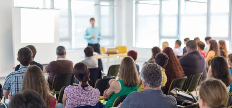 حضور الدورات التدريبية طريقة فعالة في تكوين علاقات مهنية -شاترستوك