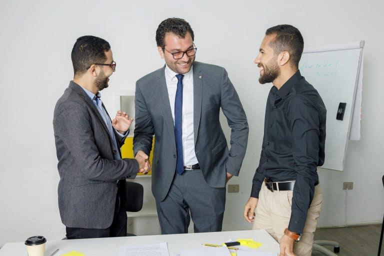 الود مع الزملاء طريقة جيدة لبناء علاقات مهنية قوية- مسارات