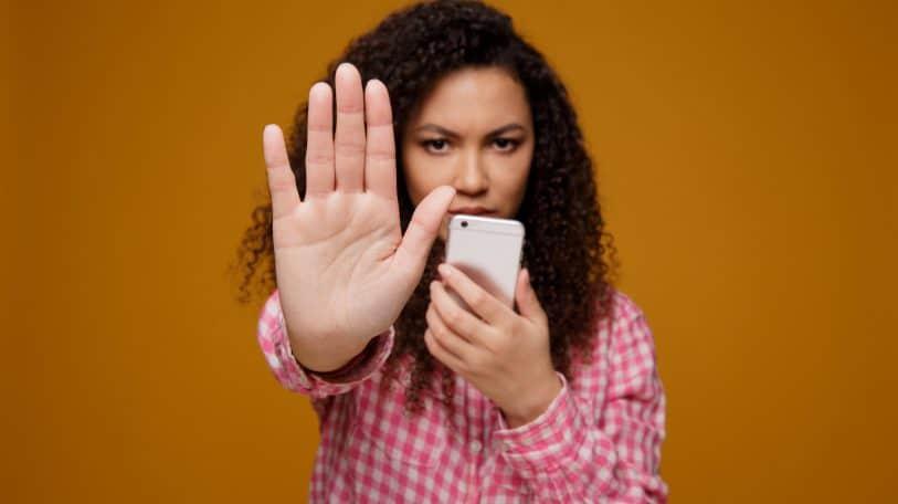 التحرش الإلكتروني في العمل.. أشكاله وطرق مواجهته