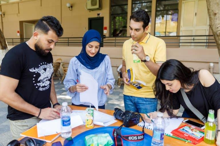 مجموعة من طلاب الجامعة في نشاط تطوعي