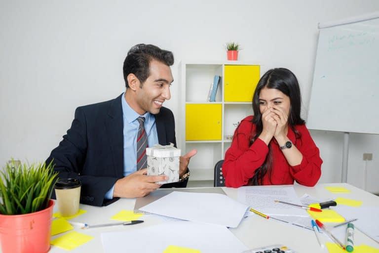 العلاقات الرومانسية في العمل قد تتسبب فب بعض المشاكل