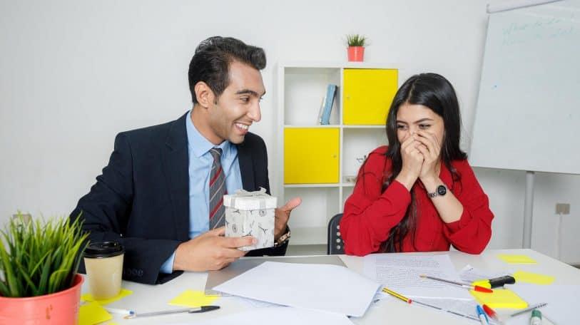 العلاقات العاطفية في العمل.. نصائح ومحاذير