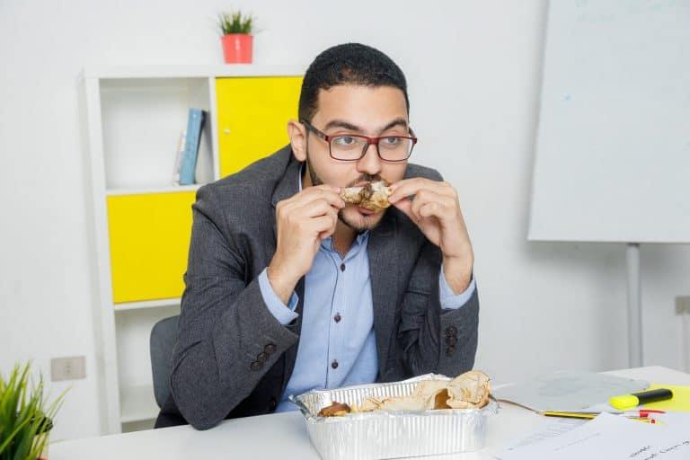 موظف يتناول وجبة الغداء في العمل