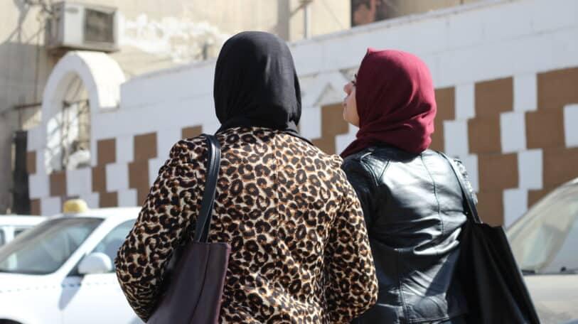 بالفنادق والشقق.. لماذا تواجه النساء أزمة سكن؟